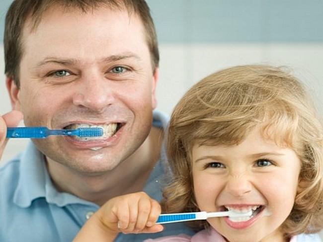 Папа и малыш чистят зубы