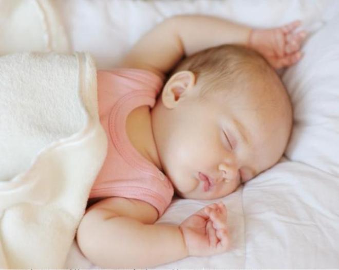 Новорождённая девочка спит