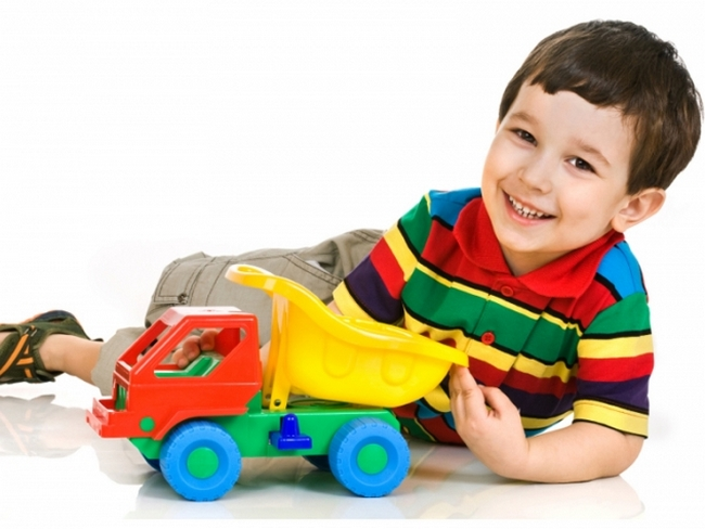 Мальчик играет грузовиком
