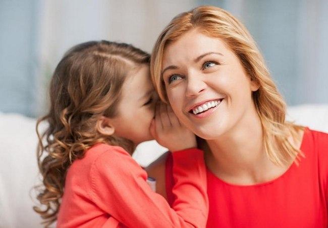 Девочка говорит с мамой