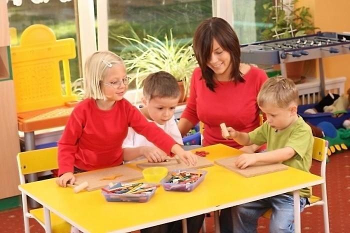 Воспитатель играет с детьми