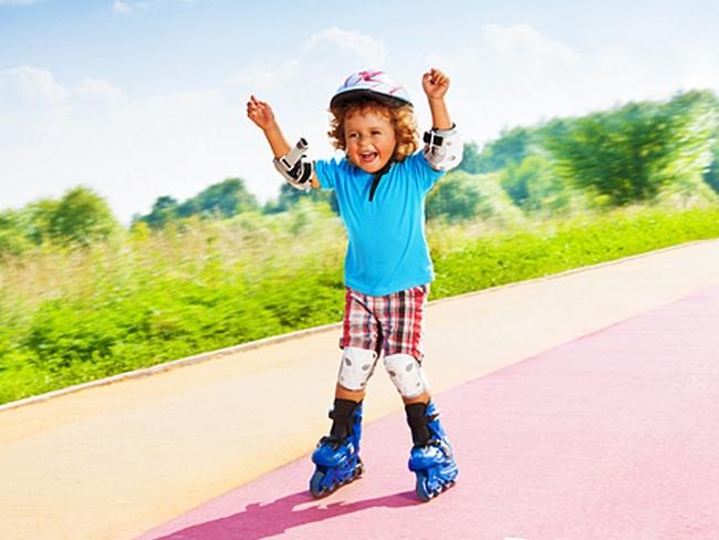 Ребёнок на роликовых коньках