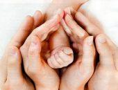 Руки родителей и малыша