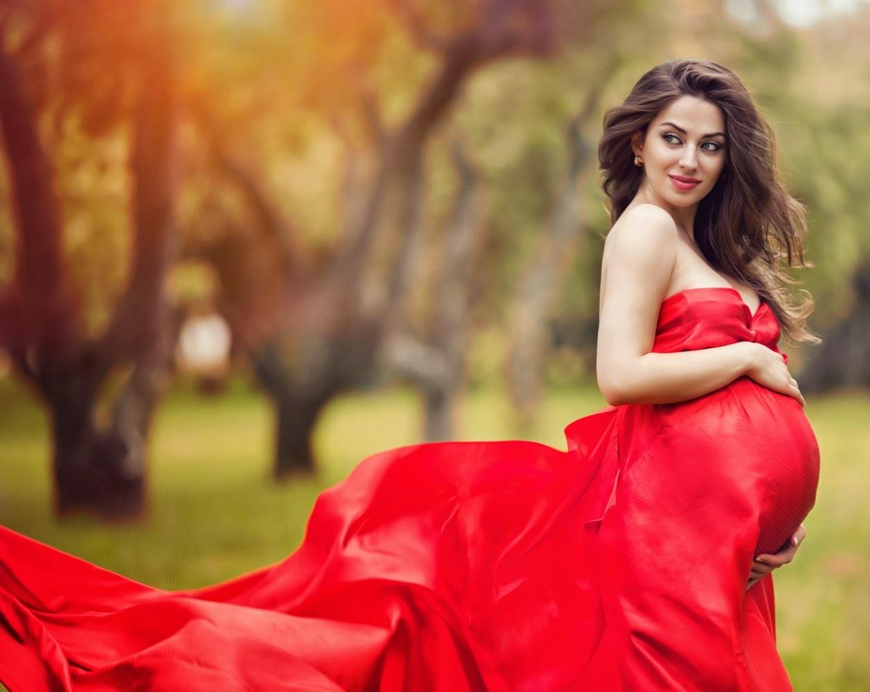 Беременная девушка в красном платье
