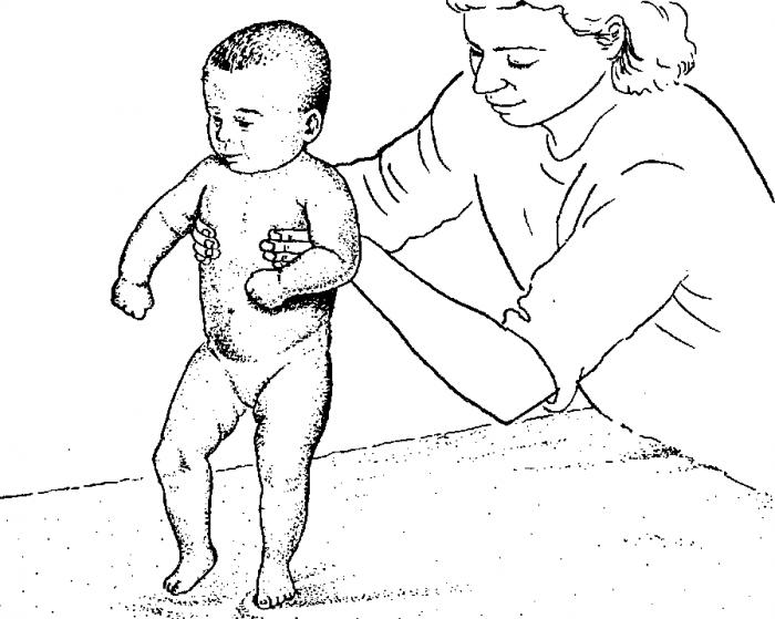 мама держит ребёнка подмышки