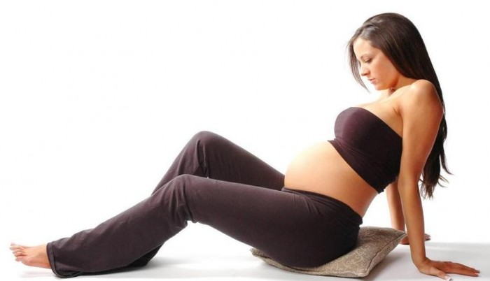 Беременная женщина на подушке