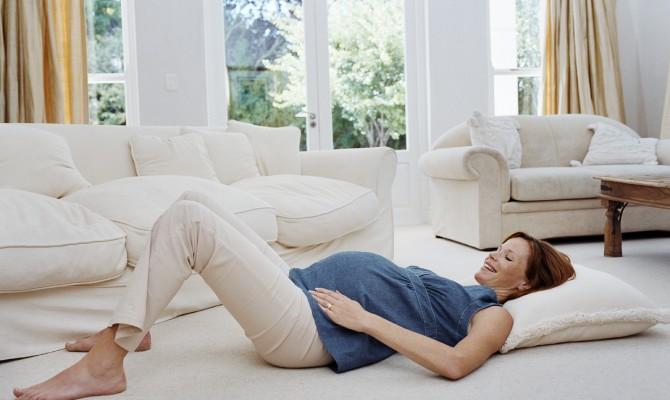 Беременная женщина на полу