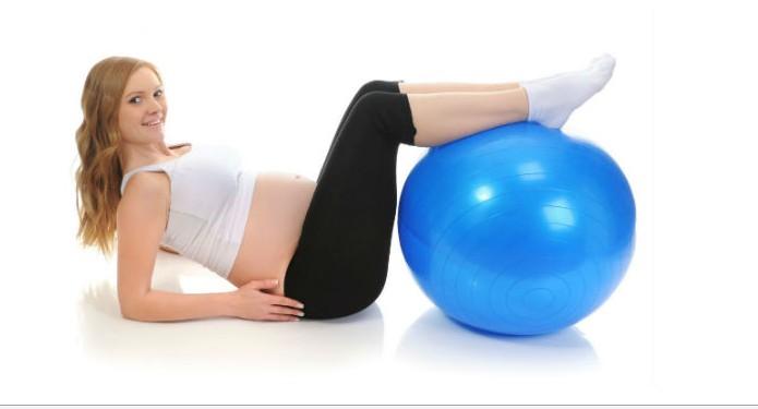 Беременная женщина и фитбол