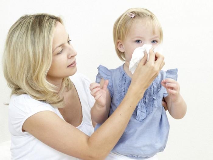 Мама и с дочкой, страдающей насморком