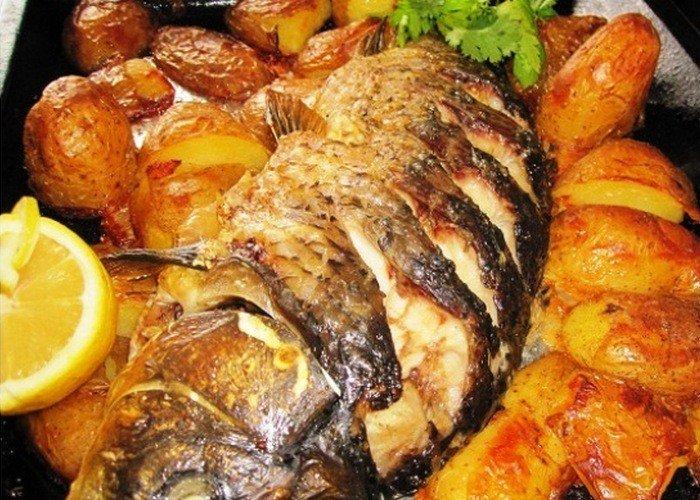 Карп, запечённый в духовке с картофелем