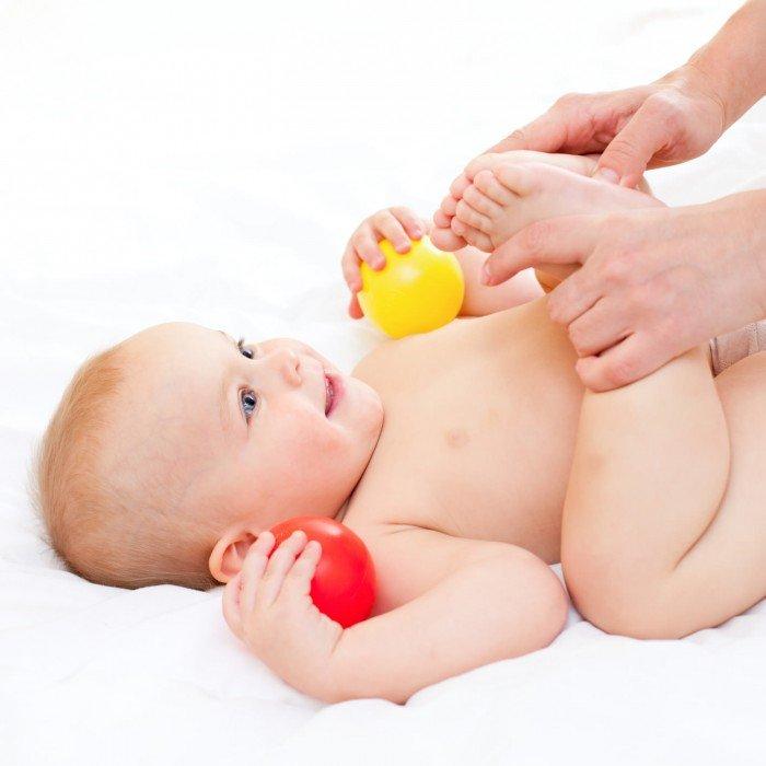 ножки малыша прижаты к груди