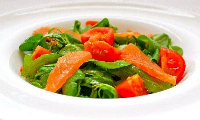 Салат «Рыбный» с помидорами и оливковым маслом