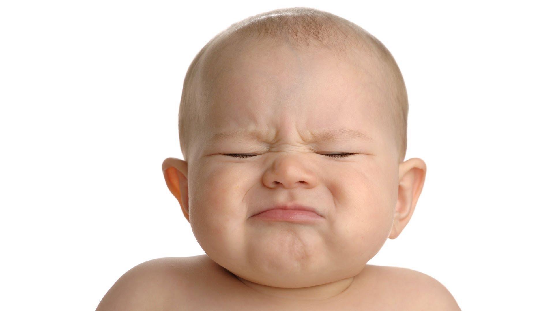 недовольный малыш