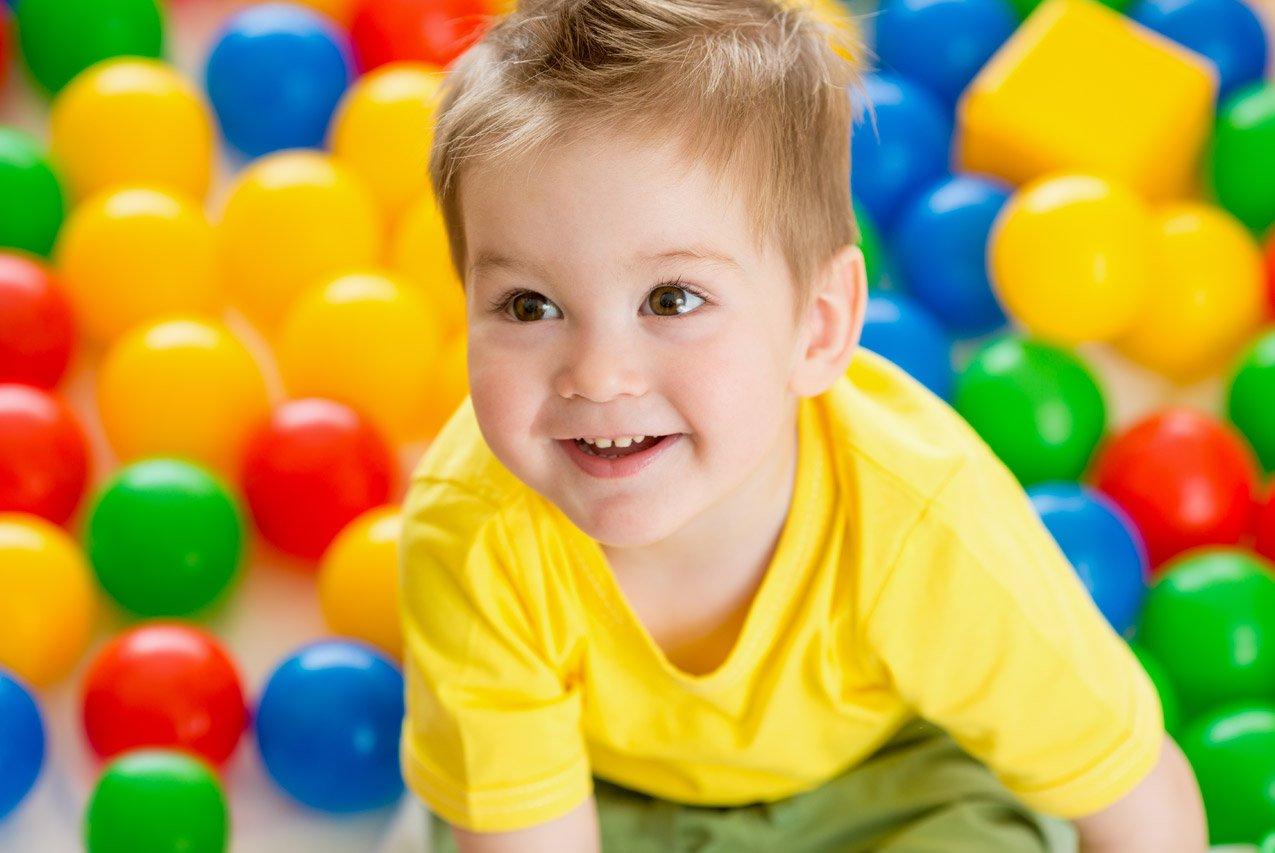 Как помочь ребёнку выучить цвета и формы: весёлое обучение дома и на прогулке