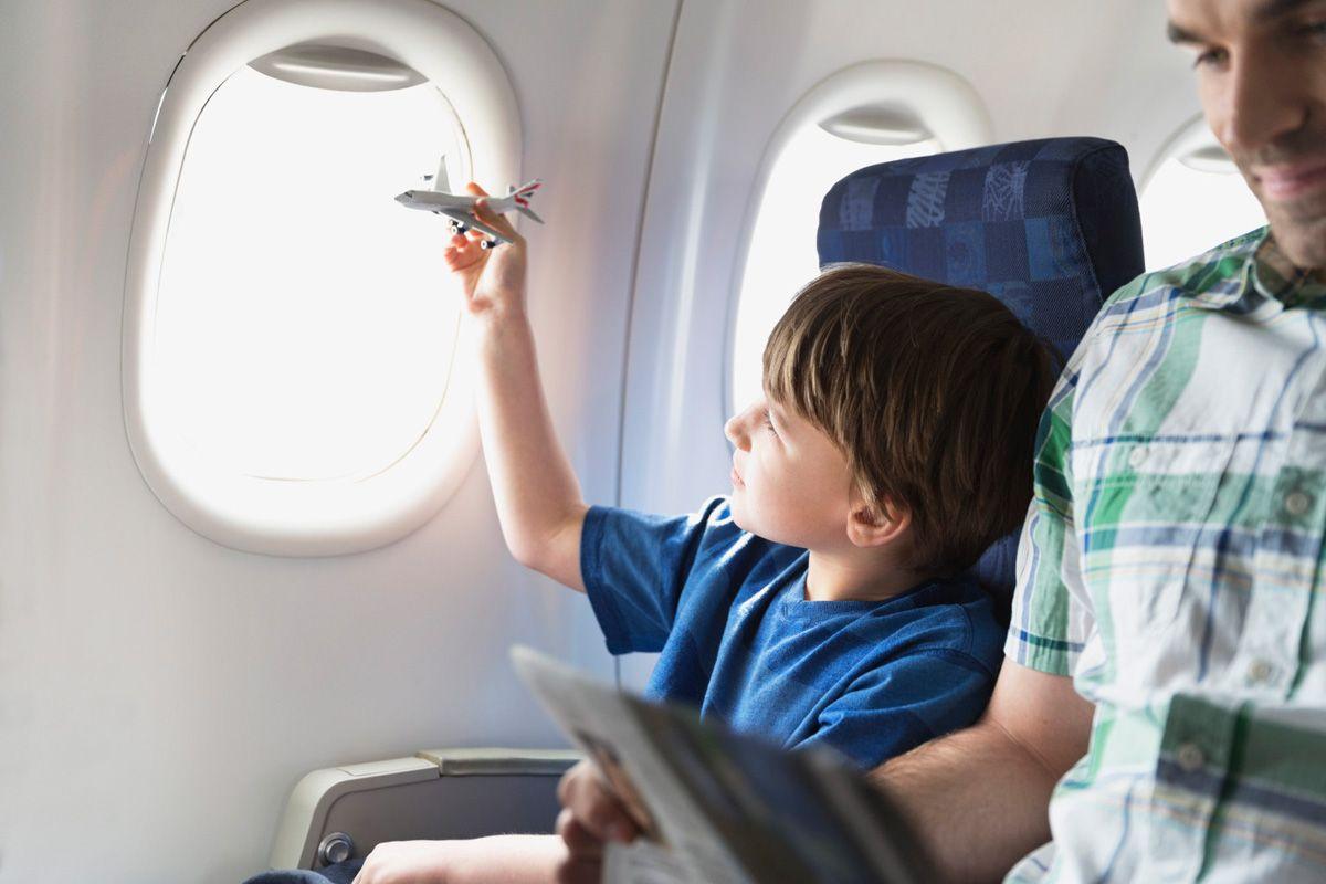 Полет в самолете с детьми: 10 полезных советов. Что необходимо иметь при себе?