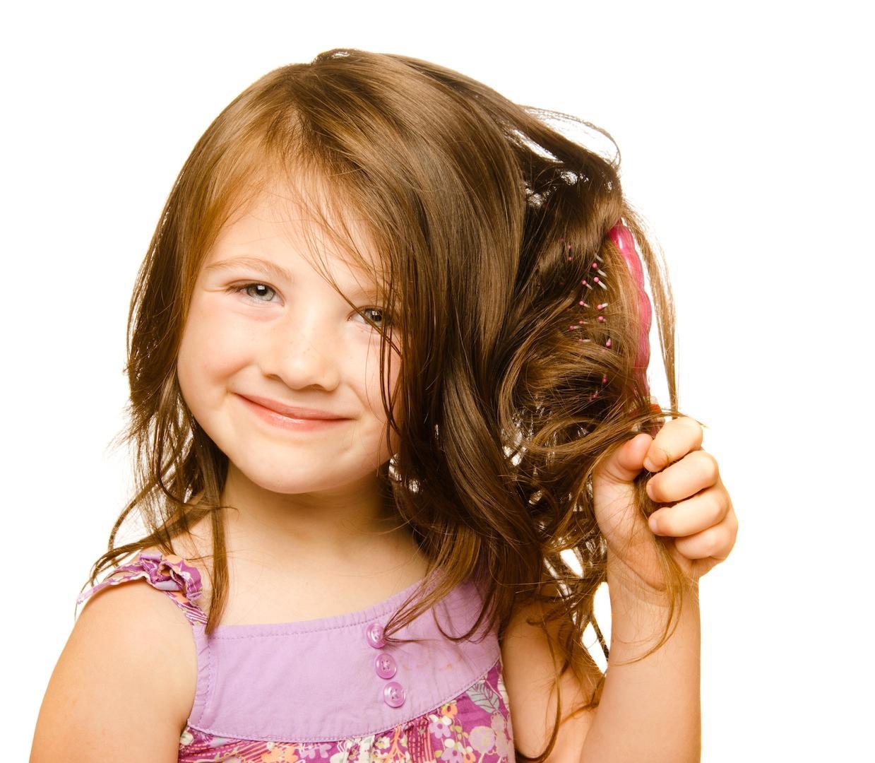 У ребенка выпадают волосы: почему и что делать?