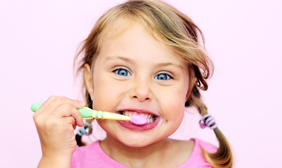 Прививаем малышу любовь к зубной щётке и пасте