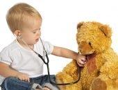 малыш лечит игрушку