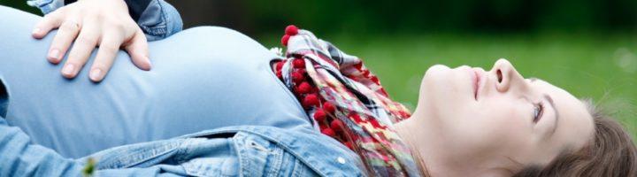 беременная на траве