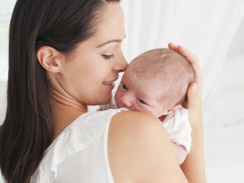 Нужно или нет держать грудничка столбиком после кормления, и как это правильно делать