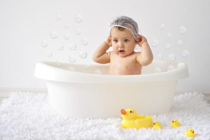 Малыш купается в ванне