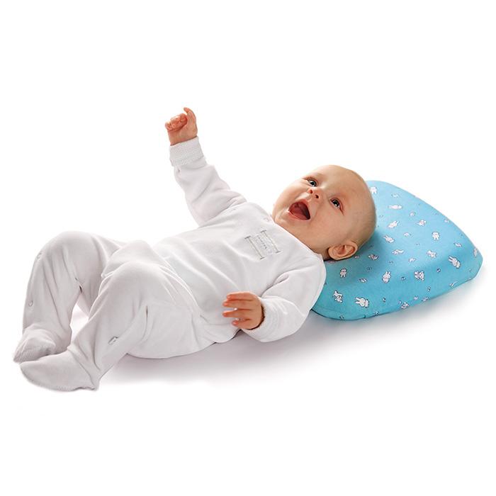 Малыш лежит на ортопедической подушке