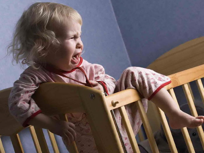 Малыш в год плачет