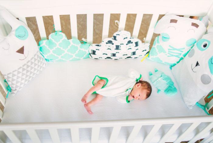 Малыш засыпает в кроватке