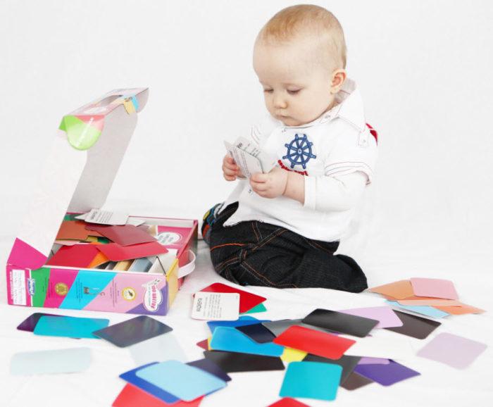 Малыш изучает материалы