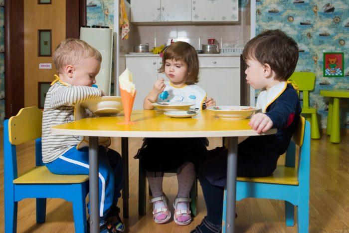 Ребёнок ест в детском саду