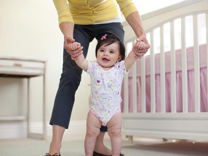 Ребёнок ходит с мамой за руку