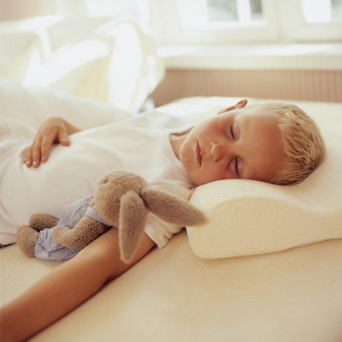 Ребёнок спит на подушке