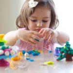 Девочка лепит из пластилина