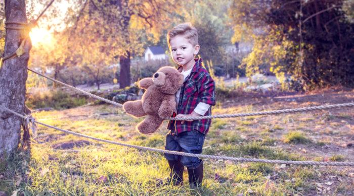 Мальчик с игрушкой бежит по лесу
