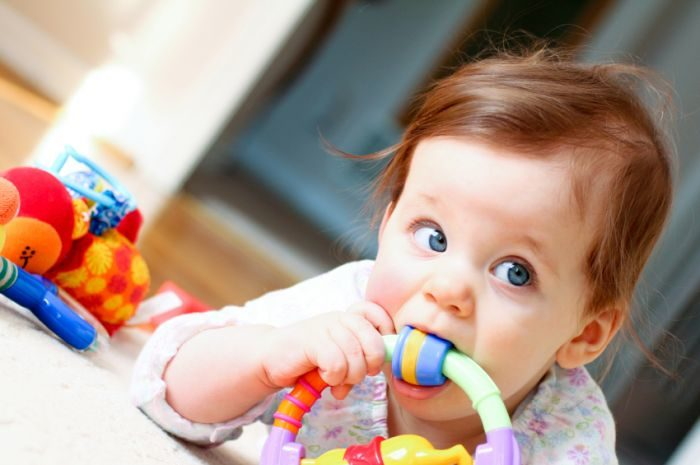 Малыш держит игрушку