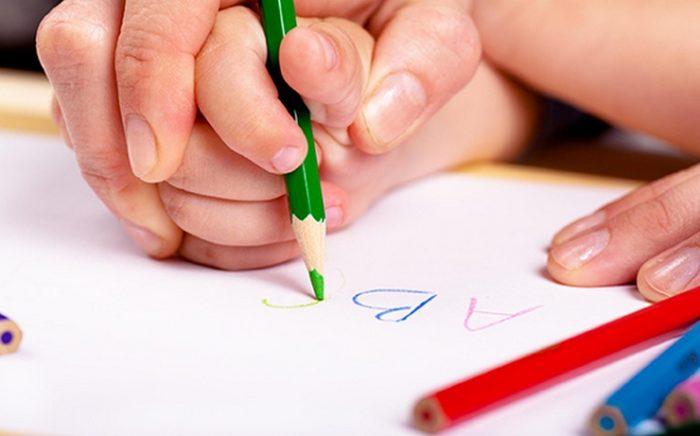 Мама учит ребёнка писать