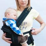 Усаживание ребёнка в рюкзак