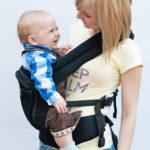 Ребёнок в эрго на боку у мамы