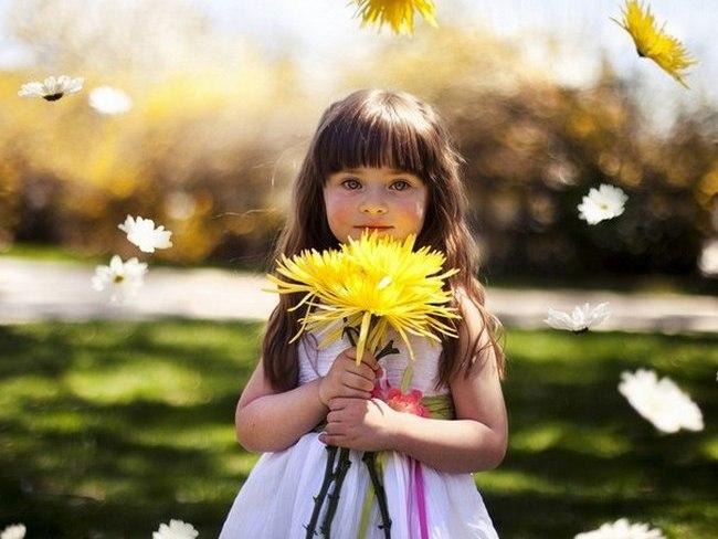 Девочка с жёлтым цветком