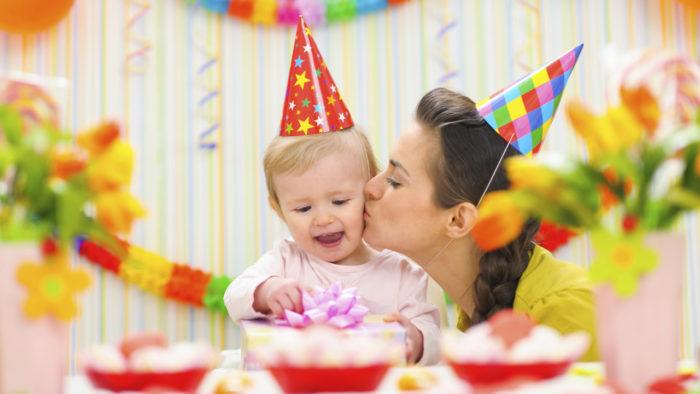 Мама поздравляет ребёнка с Днём рождения