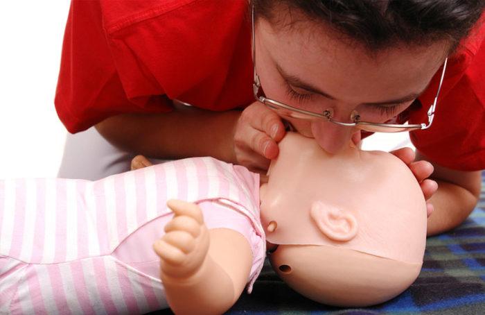 Как делать искусственное дыхание ребёнку, если он подавился