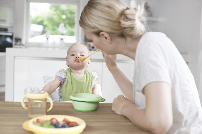 Ребёнок ест рисовую кашу