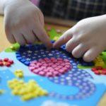 Ребёнок складывает мозаику