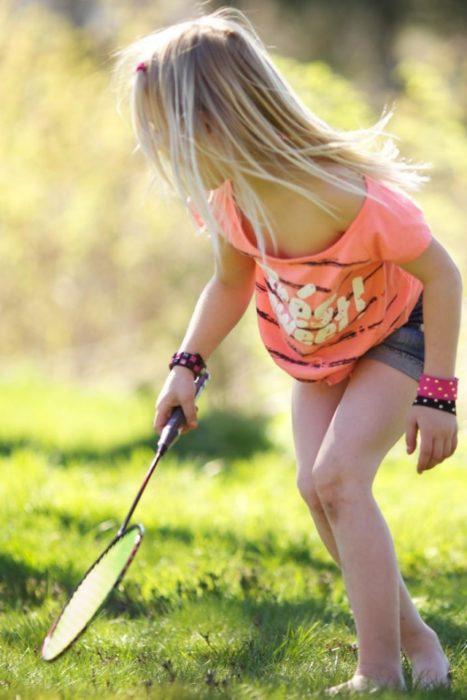 Девочка играет в бамбинтон