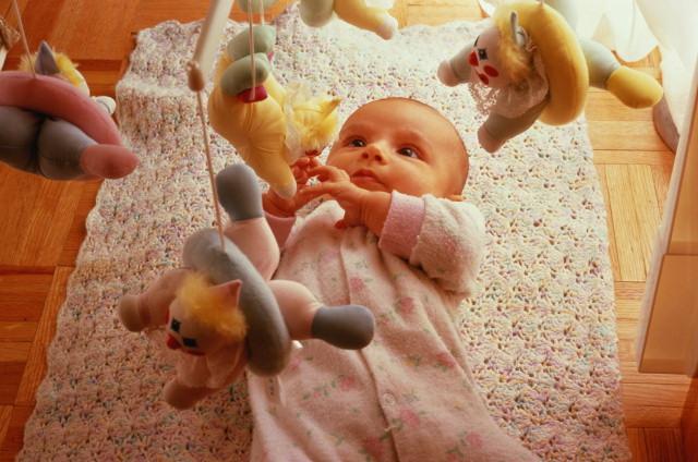 Малыш наблюдает за игрушками