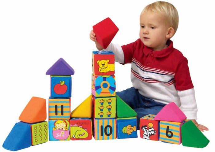 Мальчик складывает башню из кубиков