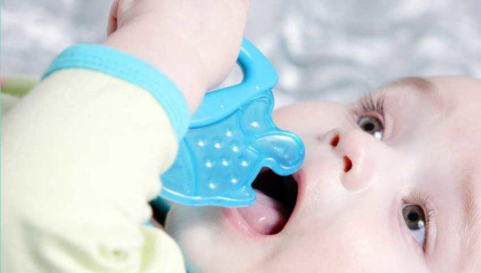 Малыш грызёт прорезыватель для зубов