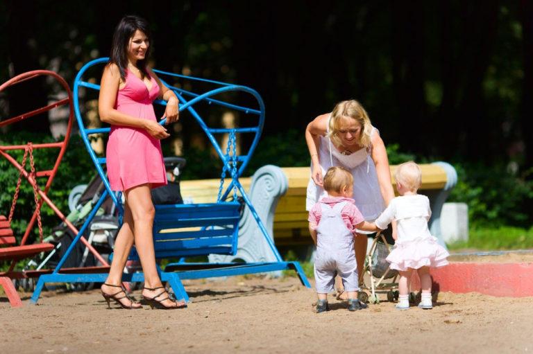 Мама голая в парке фото