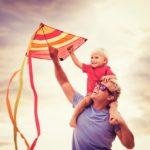 Папа с сыном запускают воздушного змея