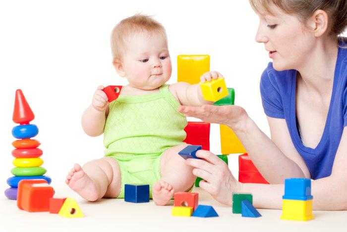 Ребёнок играет с мамой